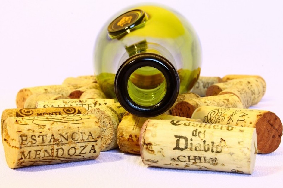 wine-bottle-and-stoppers-on-white-background