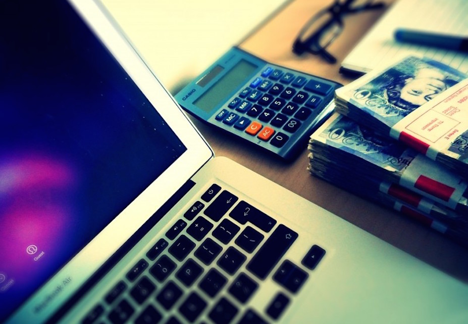 computer-money-and-calculator-on-table