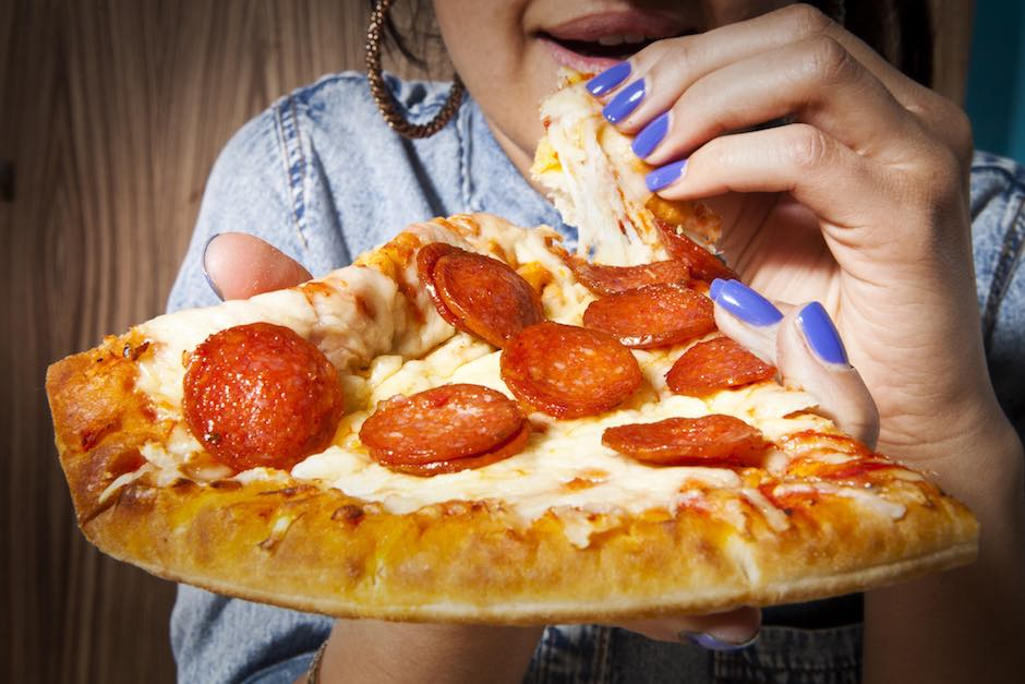 GIRLS HANDS WITH PIZZA